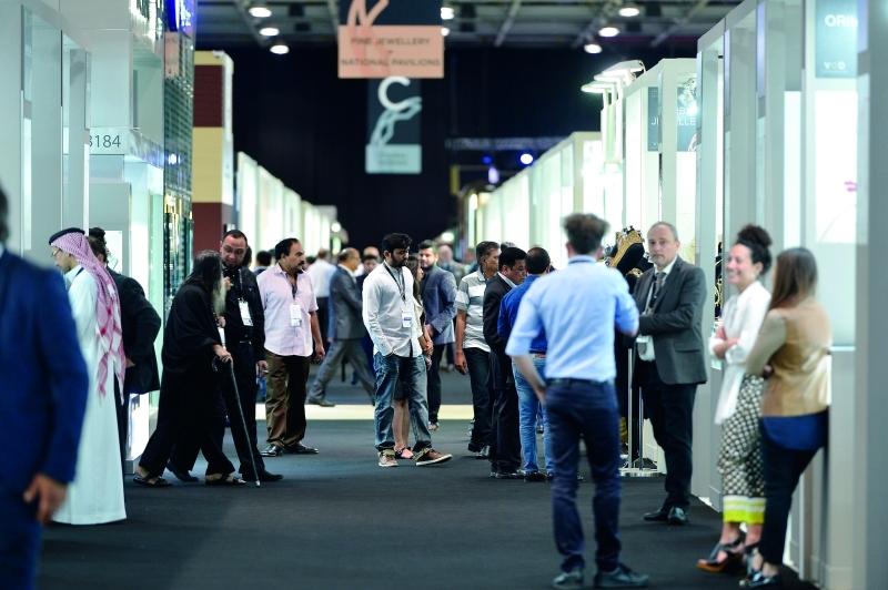 «الدولي للمجوهرات» يرصّع جمال دبي ذهباً وألماساً - البيان