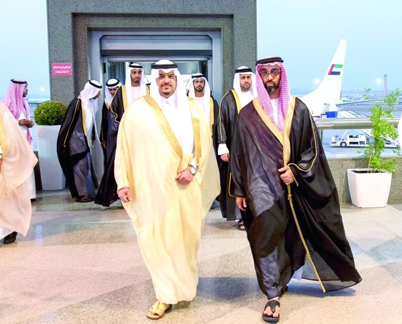■ طحنون بن زايد وذياب بن محمد وزايد بن حمدان لدى وصولهم إلى جدة