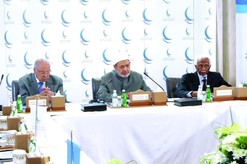 الصورة : Ⅶ د.أحمد الطيب مفتتحاً الاجتماع   |  وام