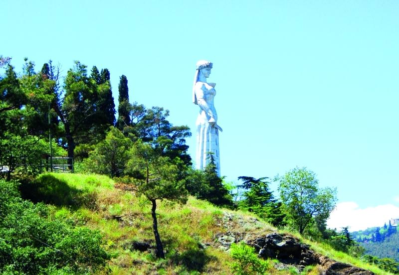 تمثال أم الجورجيين يقف شاهداً على جمال الطبيعة