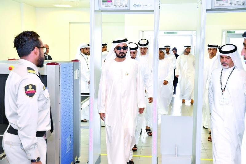 الصورة : محمد بن راشد خلال تفقده سير العمل في شركة الإمارات لتموين الطائرات