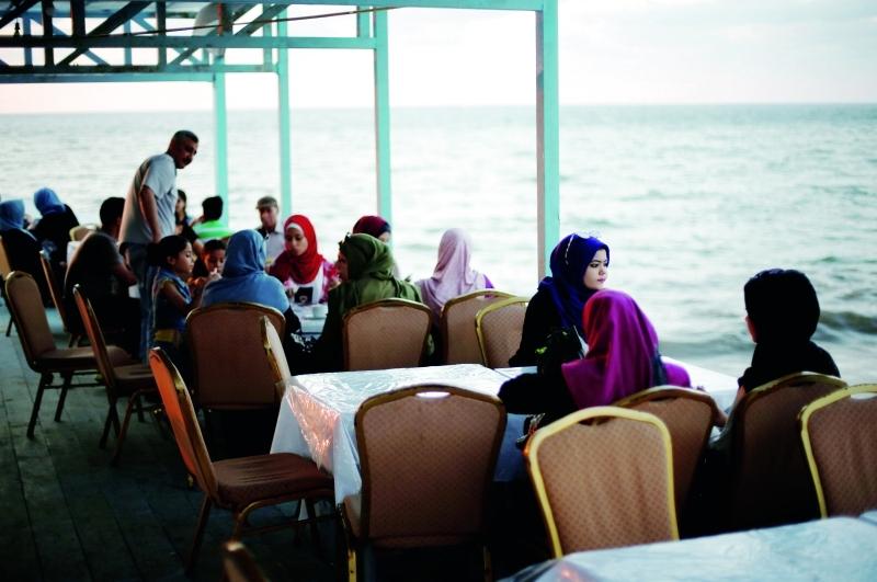 ■ المركب الخشبي الثابت تحول إلى مطعم يلقى رواجاً كبيراً | رويترز