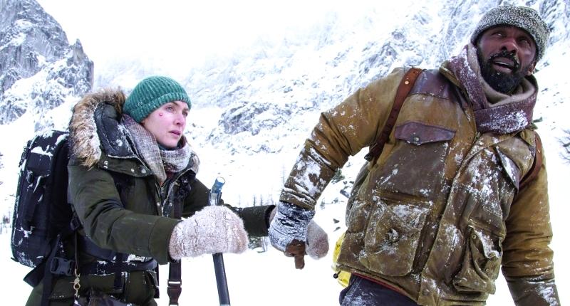 ■ إدريس ألبا وكيت وينسلت في أحد مشاهد «الجبال بيننا»  |  من المصدر
