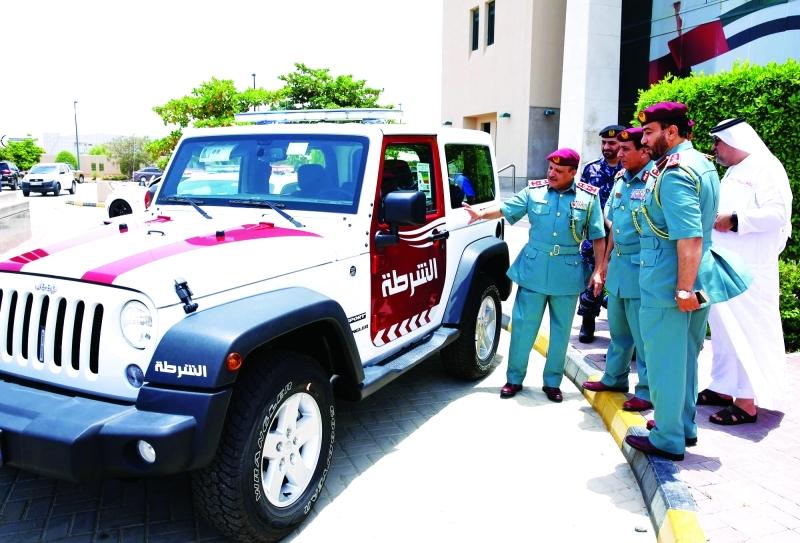 الصورة : ■  علي بن علوان مطلعاً على نماذج من دوريات الشرطة السياحية  |  من المصدر