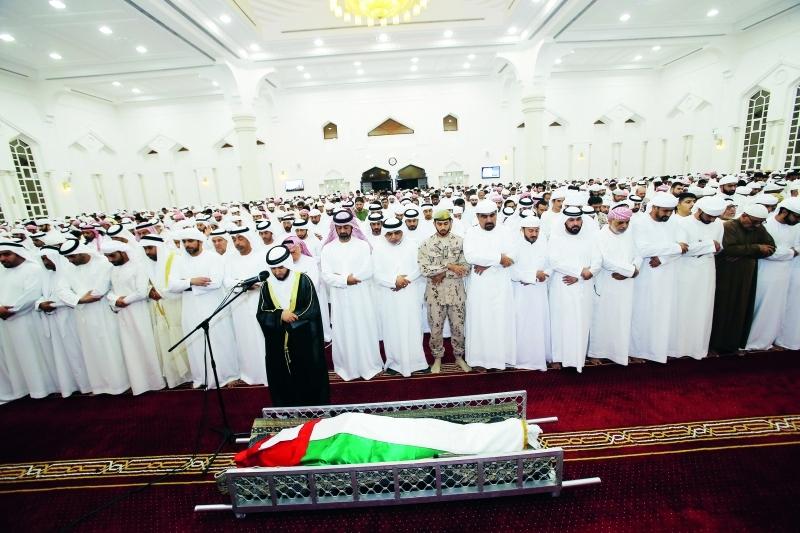 الصورة : Ⅶ  عمار النعيمي يؤدي صلاة الجنازة على الشهيد سمير أبوبكر    تصوير غلام كاركر