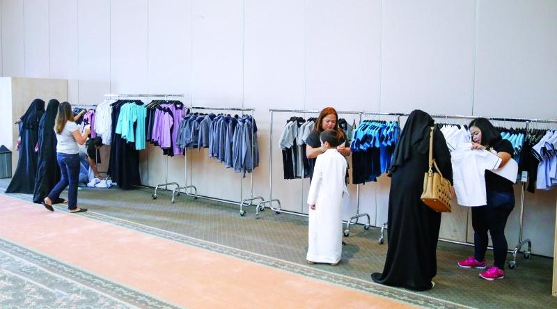 الصورة : مركز بيع الزي المدرسي في نادي سيدات الشارقة | البيان