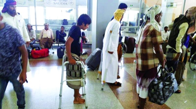 جرحى يمنيون لدى مغادرتهم عدن   وام