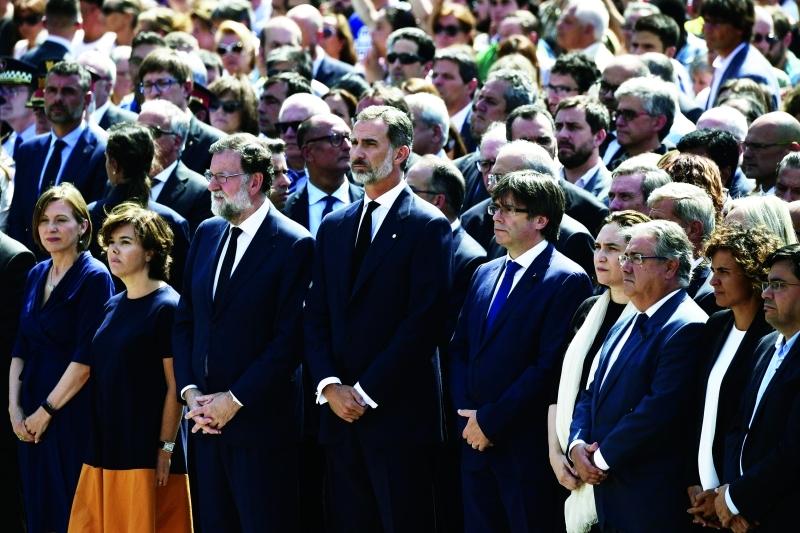 الصورة : ملك إسبانيا وكبار المسؤولين يقفون دقيقة صمت على ضحايا الهجومين  ــ  أ.ف.ب