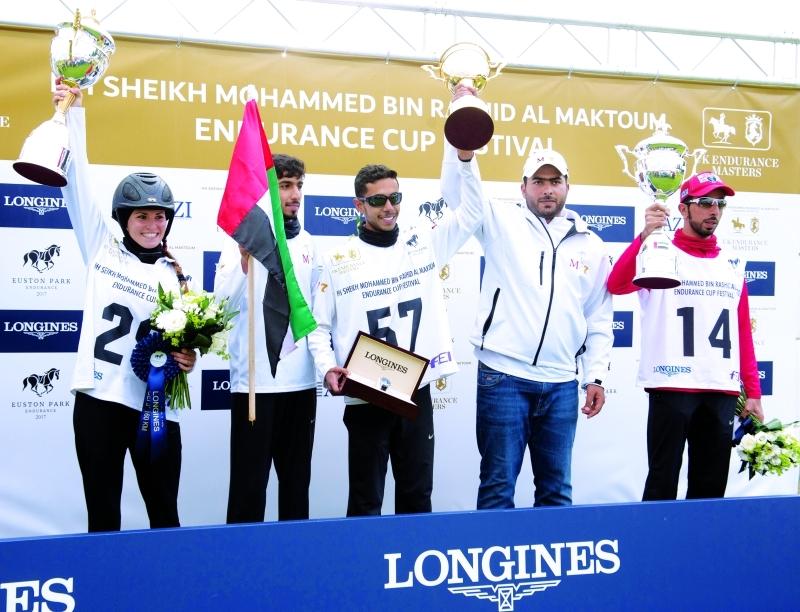 ■ سالم الكتبي ومحمد السبوسي وسعيد المعمري وإي لايلا خلال مراسيم تتويج أبطال سباق 160 كم      البيان