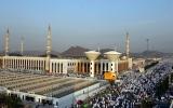 الصورة: حجاج يتلمسون عطر النبي محمد فوق جبل الرحمة