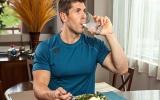 الصورة: أضرار وفوائد شرب الماء أثناء الأكل