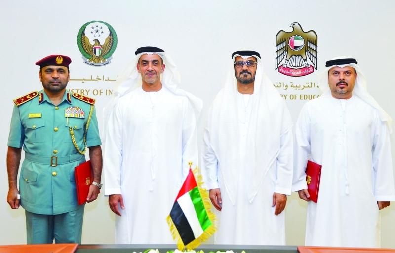 سيف بن زايد وحسين الحمادي بعد توقيع اتفاقية وزارتي الداخلية والتربية  |  من المصدر