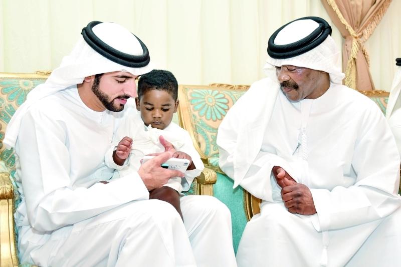 ولي عهد دبي خلال عزائه أسرة الشهيد ناصر المزروعي