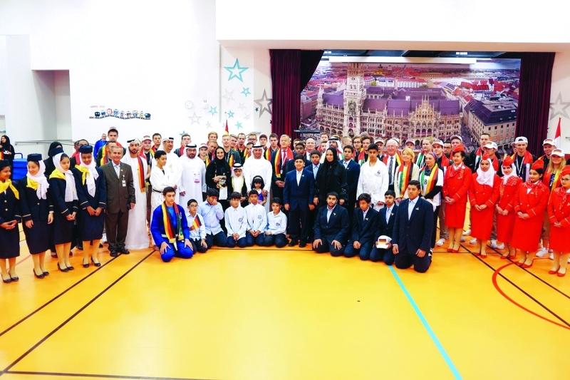 ■ مبارك الشامسي والسفير الألماني مع الطلاب في مدرسة حمدان بن زايد  |  من المصدر