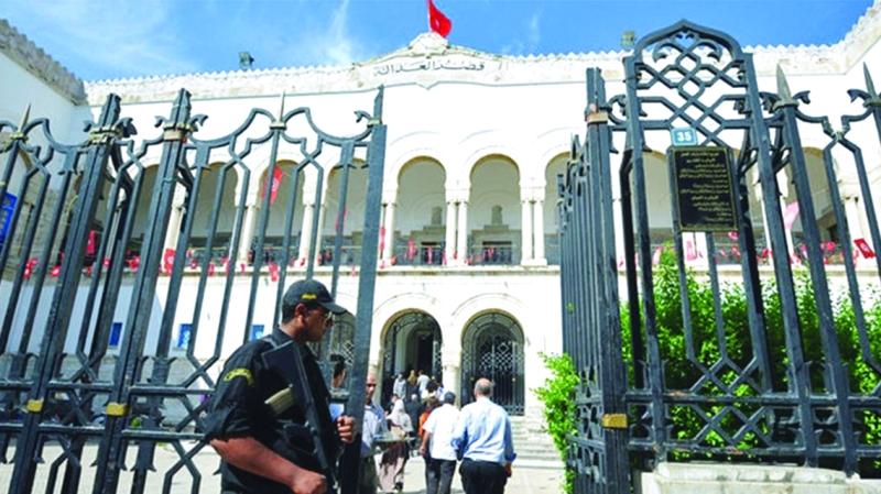 «قبلة» في الشارع تحرج تونس وتثير اهتمام فرنسا - البيان