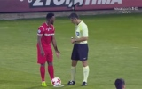الصورة: الصورة: لاعب يمسح قدمه بالحكم ثم يسجل هدفاً رائعاً