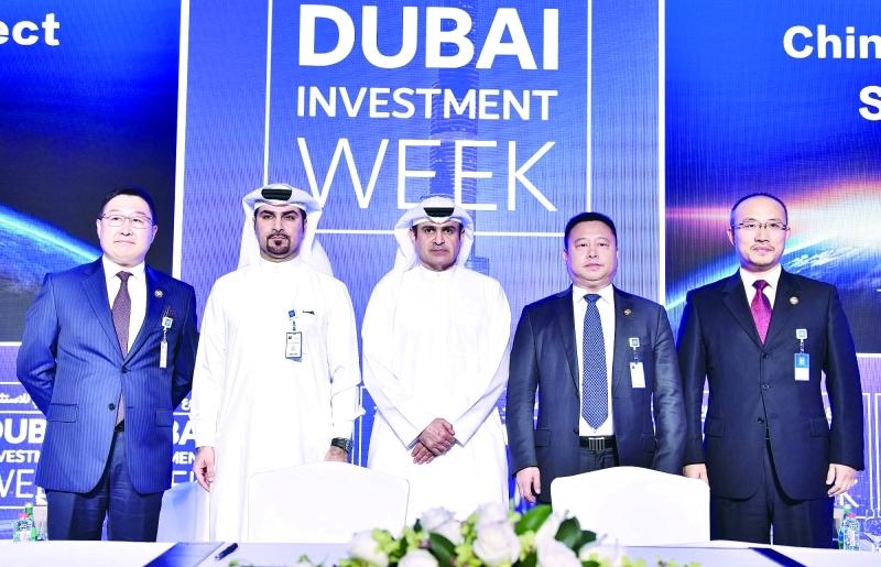 الصورة : .. وعقب توقيع اتفاقية «الإمارات-الصين تك تاون»