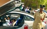 الصورة: ماذا فعلت شرطة دبي مع طفلين يشعران بالخوف عند رؤية دورية؟
