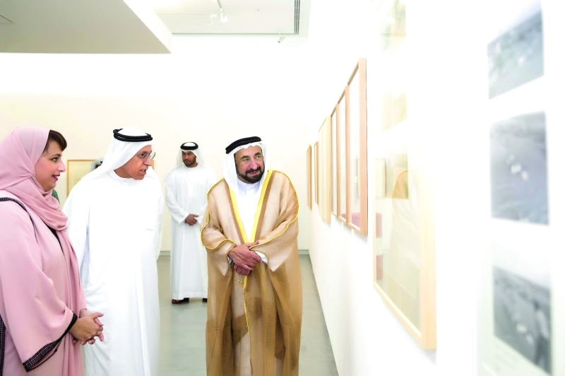 الصورة : ■سلطان القاسمي يستمع إلى شرح عن أحد أعمال المعرض   وام