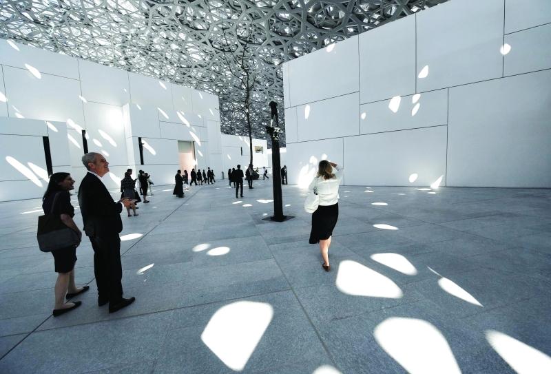 Ⅶ  زائرون في اليوم الأول يستمتعون بعراقة المعروضات وحداثة العمارة