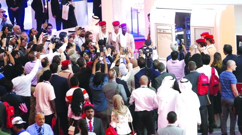 الصورة : زوار يتوافدون لمشاهدة مقصورة طيران الإمارات الجديدة في المعرض  |   تصوير ـ زافير ويلسون