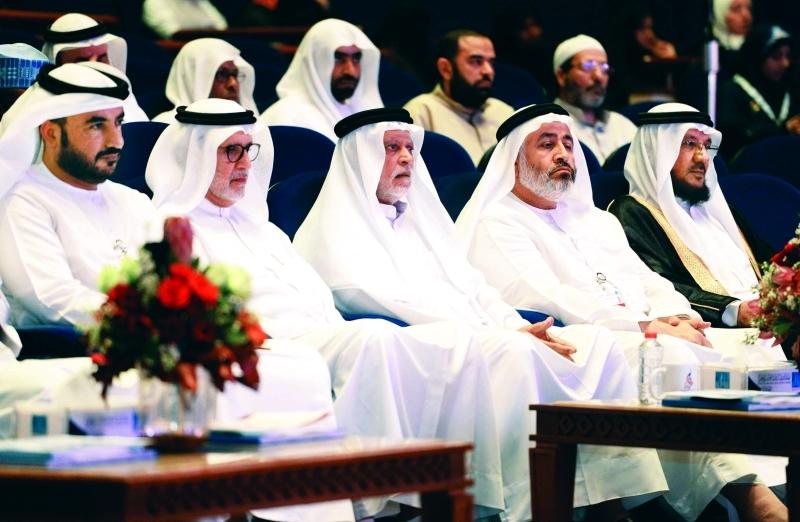 الصورة : ■إبراهيم بو ملحة وأعضاء من لجنة التحكيم خلال متابعتهم المتسابقة  |  من المصدر