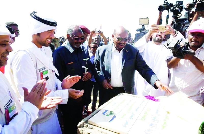 الصورة : ■ الرئيس السوداني خلال احتفالية افتتاح 1200 وحدة سكنية أقامتها هيئة الهلال الأحمر بحضور محمد الفلاحي