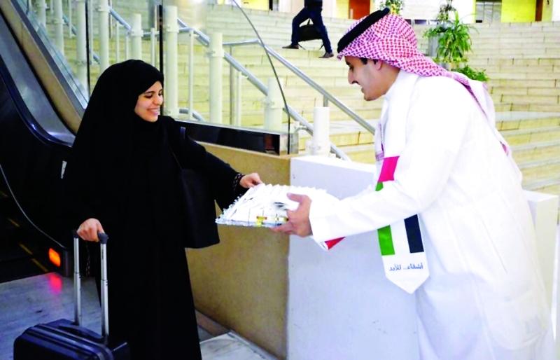 الصورة : ■ خلال تقديم الهدايا للمسافرين