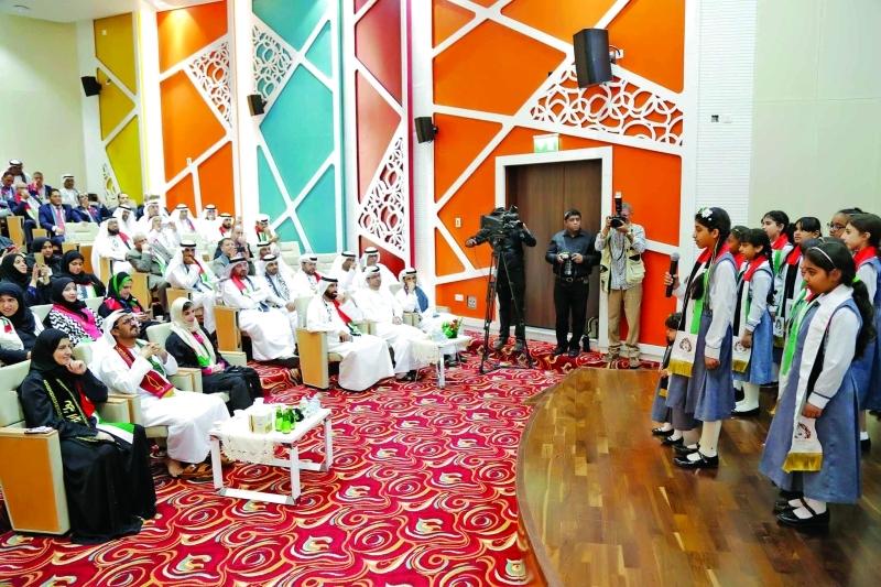Ⅶ  حسين الحمادي وجميلة المهيري خلال إطلاق الجائزة     من المصدر