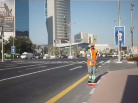 عبدالله بن كلبان.. مواطن تطوع لتنظيف شوارع المدينة
