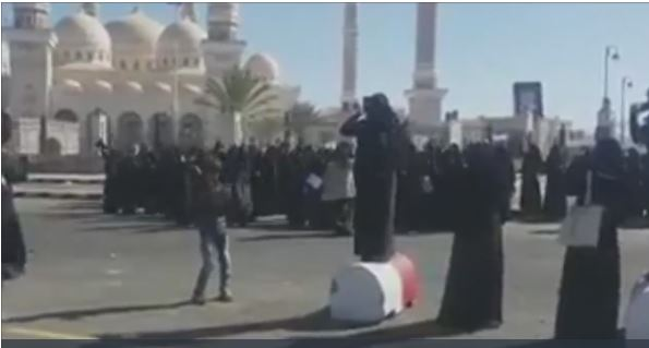 بالفيديو.. ميليشيات الحوثي تواجه تظاهرة نسائية بالرصاص