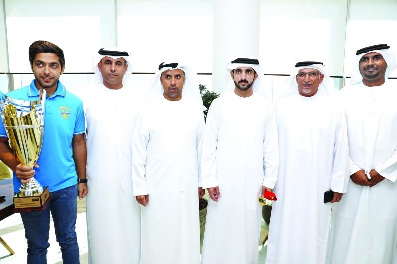 الصورة : حمدان بن محمد يتوسط أعضاء مجلس إدارة الفريق