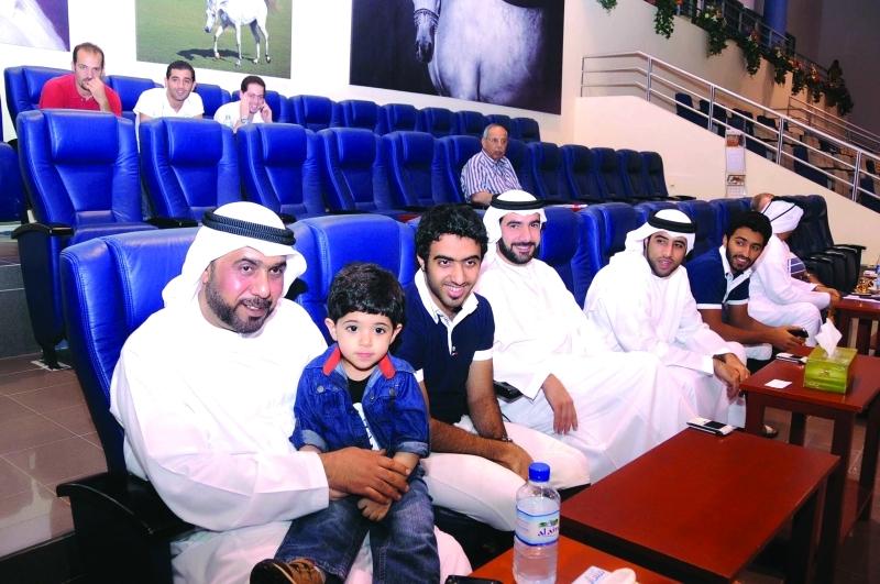 الصورة : ■ عبد الله القاسمي وأنجاله واليحيائي خلال متابعتهم للنسخة السابقة من المهرجان
