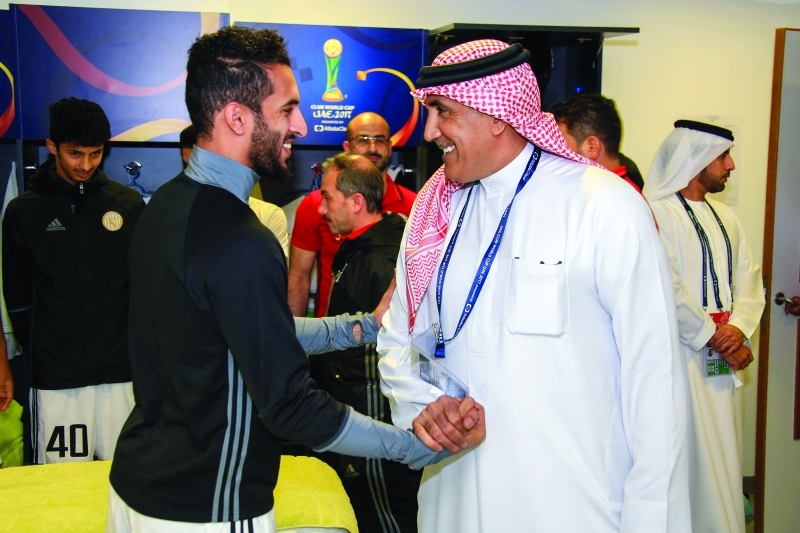 الصورة : الرميثي مع علي مبخوت قبل انطلاق المباراة  |  البيان