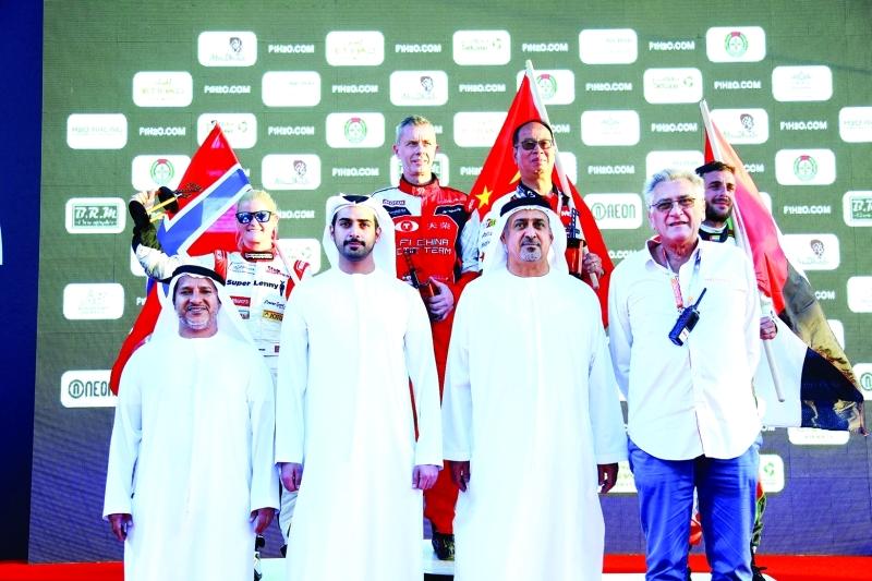 الصورة : ■  سلطان بن خليفة يتوج الفائزين بحضور زايد بن سلطان     من المصدر