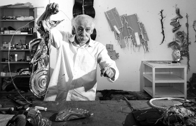 الصورة : ■  حسن شريف مع أحد أعماله