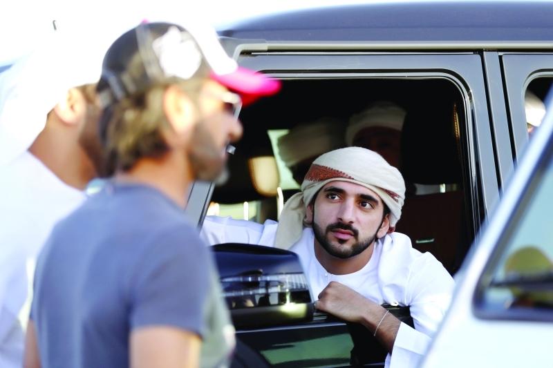 ■ حمدان بن محمد خلال متابعته السباق بحضور مروان بن محمد بن حشر  | تصوير: سالم خميس