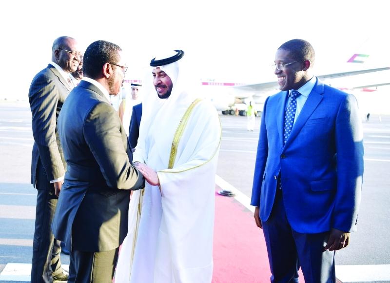 ■ حمدان بن زايد ورئيس أنغولا خلال اللقاء  |  وام