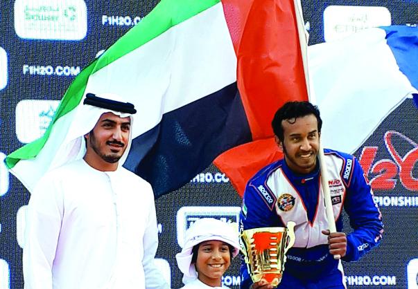 الصورة : Ⅶ زايد بن طحنون يسلم بحضور محمد بن سلطان كأس المركز الثالث للمنصوري  |  البيان