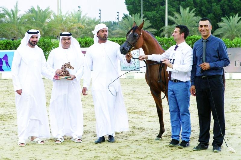الصورة : ■ التوحيدي يتسلم درع مربط دبي
