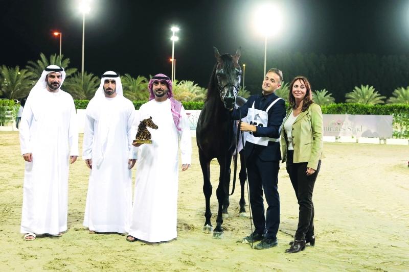 الصورة : محمد بن سعود يتسلم جائزة أحد خيوله الفائزة