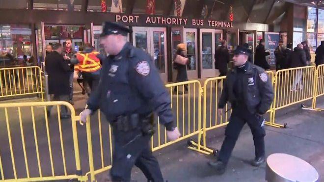 شرطة نيويورك تتعامل مع انفجار مجهول المصدر وتخلي محطات مترو