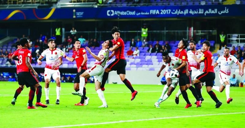 الصورة : صراع على الكرة في قمة الوداد وأوراوا ريد الياباني     رويترز