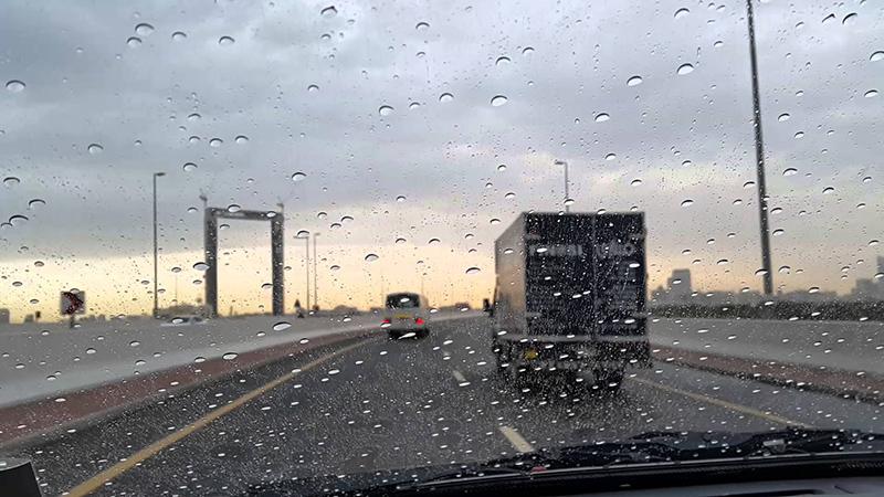 مرور دبي تدعو إلى توخي الحيطة والحذر في الأجواء الماطرة - البيان