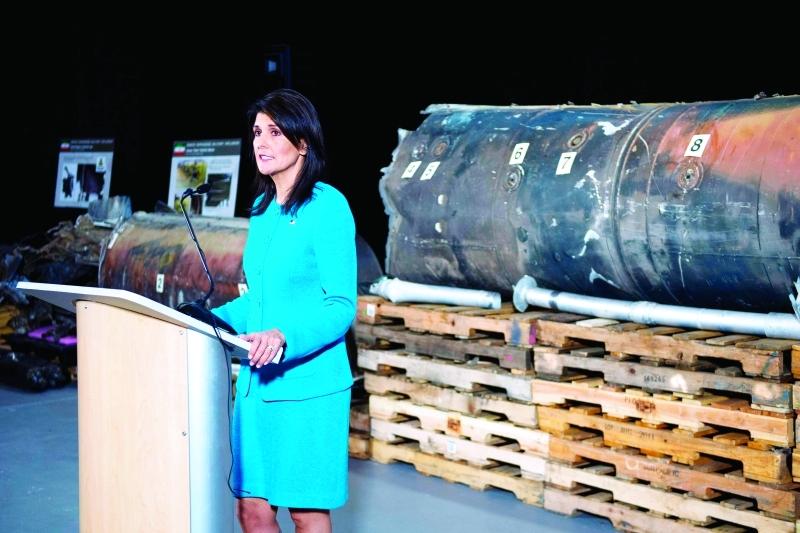 الصورة : Ⅶ السفيرة الأميركية لدى الأمم المتحدة نيكي هايلي تعرض للإعلام بقايا الصاروخ الإيراني الذي تعرضت له الرياض  |  رويترز