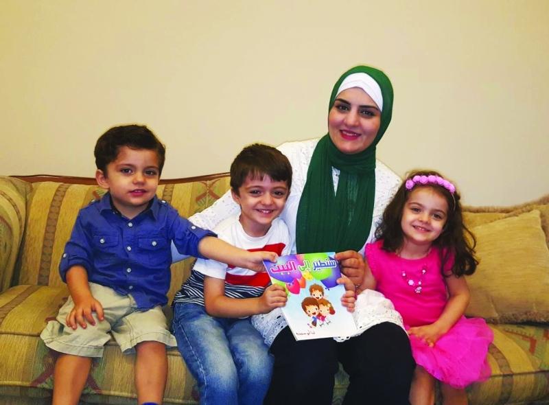 الصورة : لينا أبو سمحة تتوسط ميريانا وأشقاءها أبطال قصة «سنطير إلى البيت»