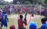 الصورة: الصورة: شاهد .. لاعب ينفذ ركلة جزاء تحت تهديد السلاح