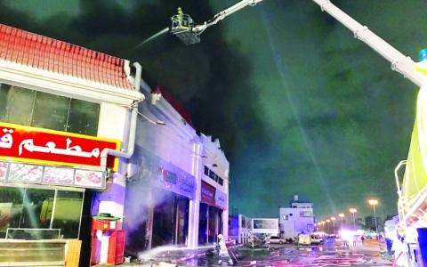 الصورة: الصورة: السيطرة على حريق بمجمّع تجاري  في الصناعية الجديدة بعجمان