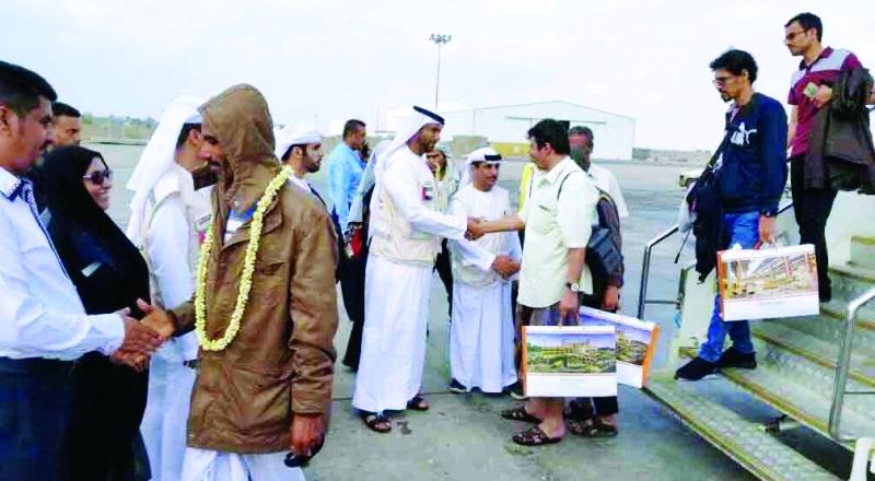 الصورة : Ⅶ الجرحى لحظة وصولهم مطار عدن وفي استقبالهم ممثلو الهلال الإماراتي  |  وام