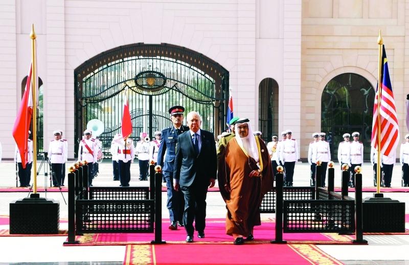 الصورة : ■ ولي عهد البحرين مستقبلاً رئيس وزراء ماليزيا في المنامة      بنا